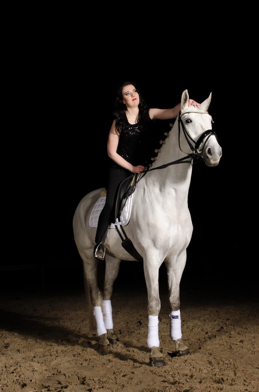 LR_modelshoot_Christa_buitenserie_paard-6.jpg