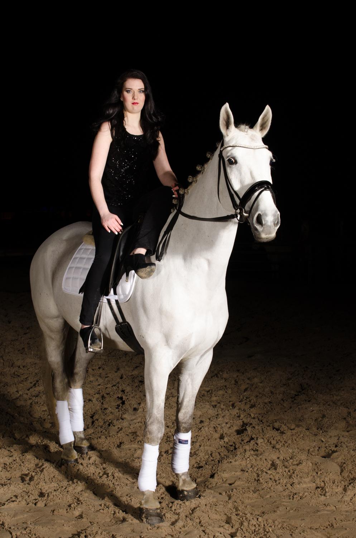 LR_modelshoot_Christa_buitenserie_paard-8.jpg