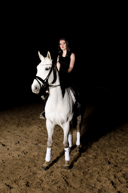 LR_modelshoot_Christa_buitenserie_paard-10.jpg