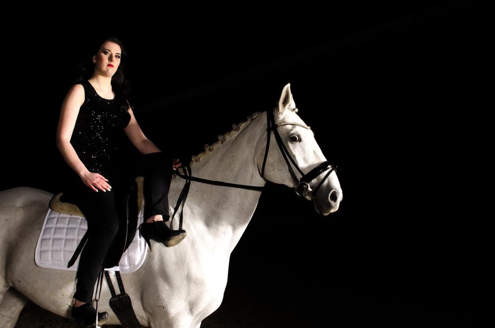LR_modelshoot_Christa_buitenserie_paard-11.jpg