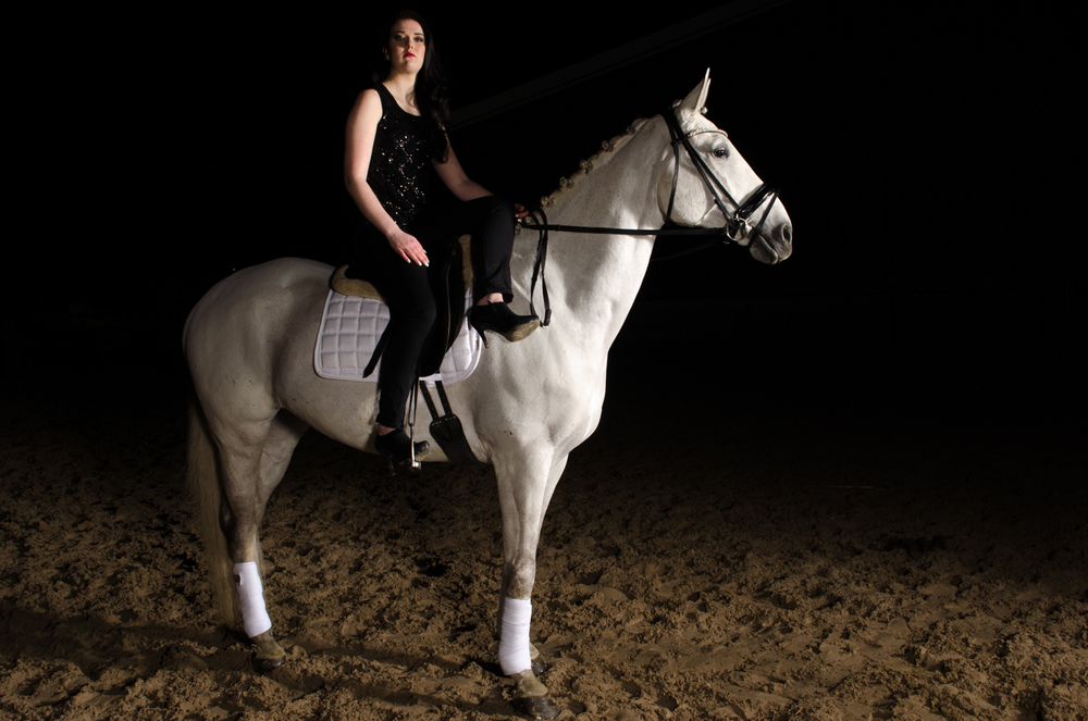 LR_modelshoot_Christa_buitenserie_paard-12.jpg