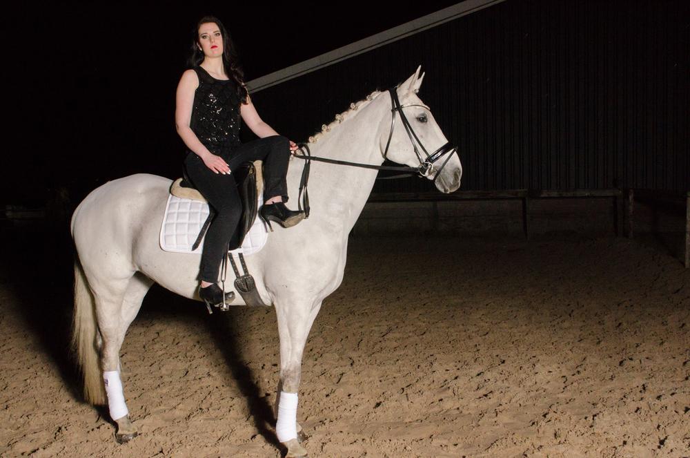 LR_modelshoot_Christa_buitenserie_paard-13.jpg