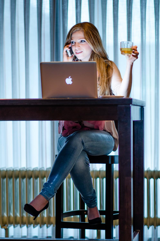 Macbook Pro, iPhone en een glas thee.