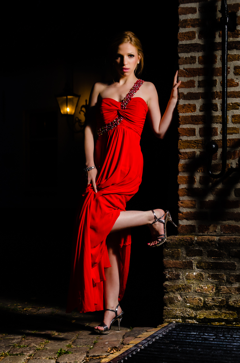 Red temptation. Exposure: 1/25 sec @ f/4,5 ISO 400, 46 mm, flash fired off camera right. Klik om te vergroten.
