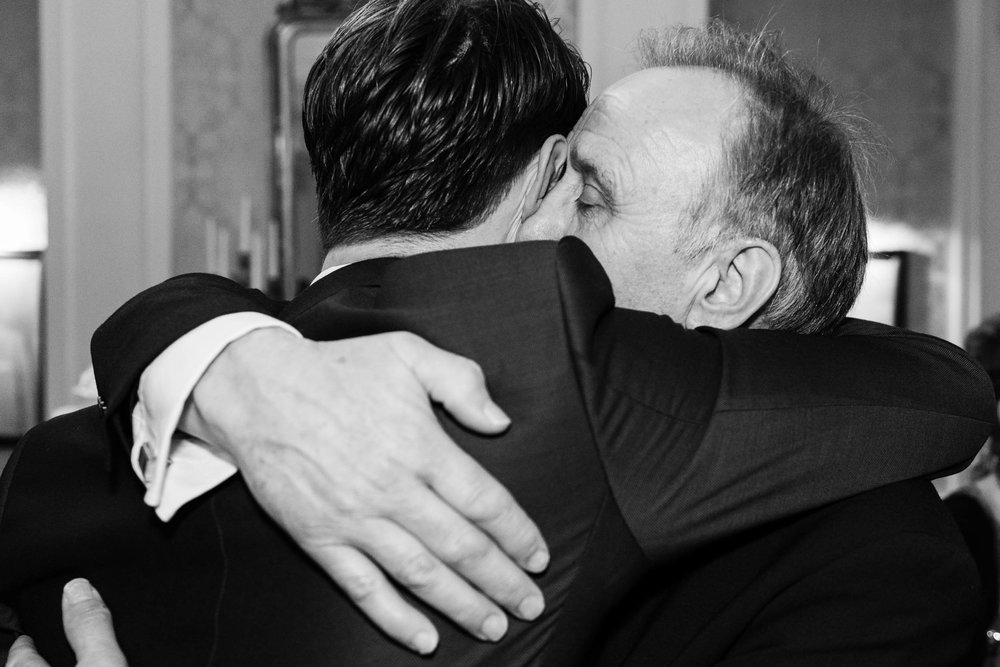 Een spontaan en emotioneel moment tussen vader en zoon.