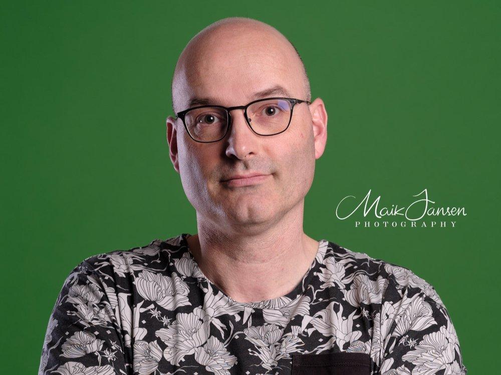 Greenscreen - In onze studio in het Maas en Waalse Dreumel, fotograferen we voor een greenscreen wanneer u de achtergrond van uw portret of product achteraf wilt manipuleren. Een puur zwarte, witte of een ander kleur achtergrond zijn door u te specificeren. U kunt er ook voor kiezen om een foto te gebruiken als achtergrond.