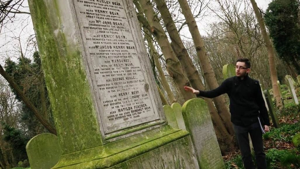HEROES + VILLAINS WALK Discover the heroes and villains of Tower Hamlets Cemetery Park on a tour that brings the long dead back to life for one night only! Meet at the War Memorial 15:00 17:00 19:00 21:00