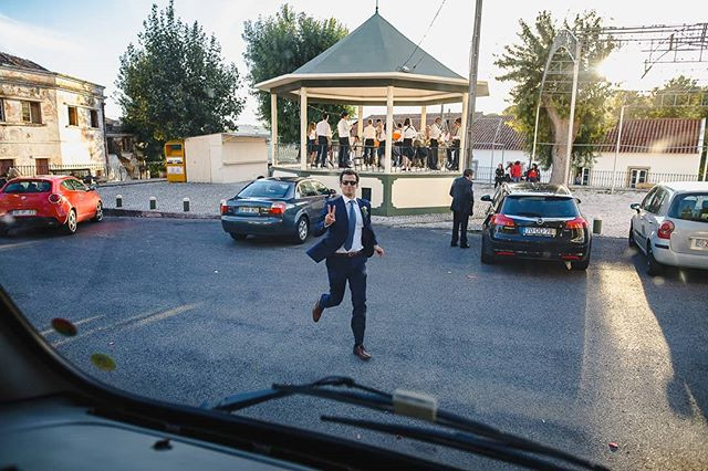 Quem nunca ficou para só mais uma mini e quase perdia o autocarro para a festa? Groomsmen, don't be late!www.joaomakesphotos.com  #groomsmen #weddingphotography #weddingphotoshoot #thisisreportage #weddingphotographyinPortugal