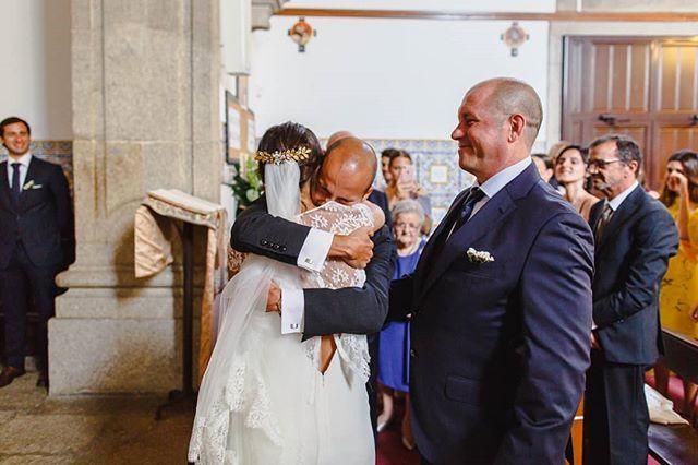 Este abraço não precisa de comentário. Ou precisa?  #joaomakesphotos #thisisreportage #weddingphotography #weddingmoments #weddingseason #weddingphotographyinPortugal