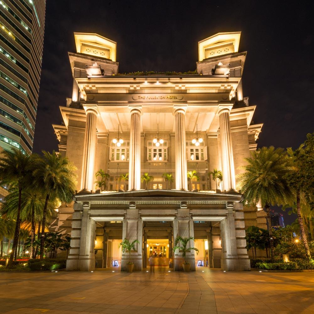 night picture of the Fullerton Hotel in Singapore - 30sec exposure