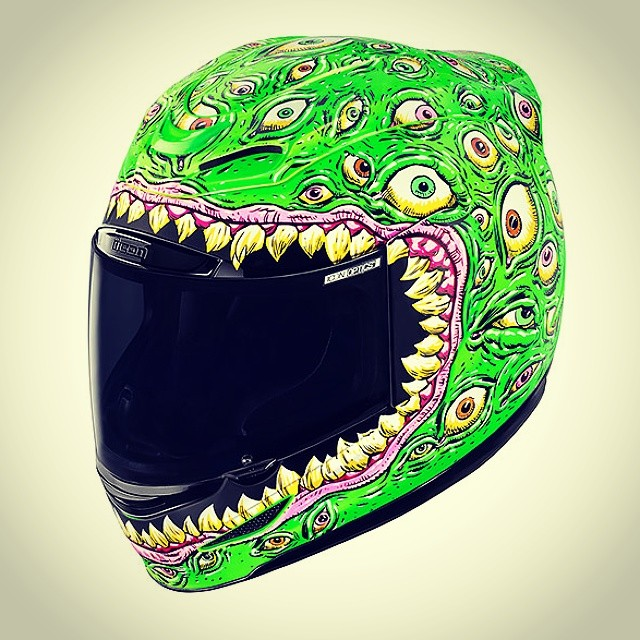 That new new #bikelife #ninja #zx6r #zx10r #r6 #Yamaha #Suzuki #gsxr #kawasaki #helmet Glows in the dark too 😂😂😂