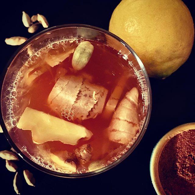Hvidvin, lys rom, honning, palmesukker, ingefær, kardemommekapsler, ginger beer, citron & citronskal - opskrift på Facebook.com/gademad ❤️#purelove #goldenmoment #voresopskrift #annesgademad #julehygge