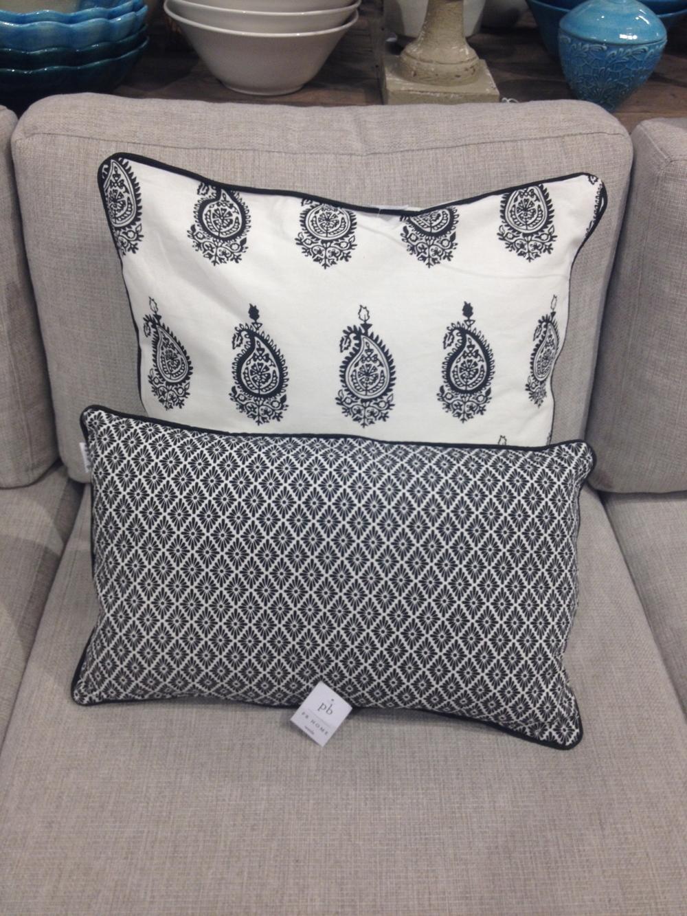 Jag älskar paisleymönster. Här en kudde i svartvitt mönster.   Foto:  Palatsliv