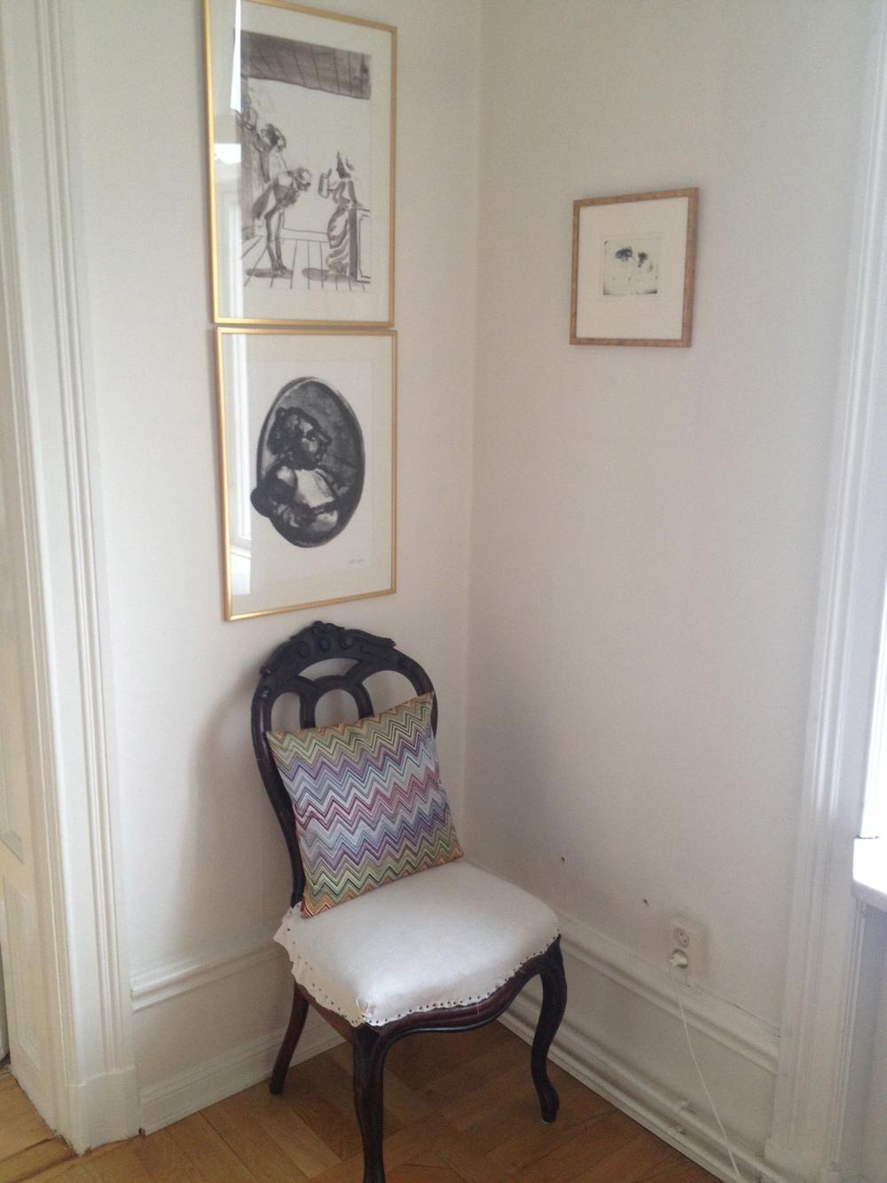 Stol - 1800-tal, i nyrokoko, kudde Missoni, grafik ur Fredman Epistlar av Peter Dahl och Bildhuggaren av Eigil Thorell.   Foto:  Palatsliv