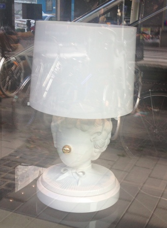 Clownlampa i Gecos fönster   Foto:  Palatsliv