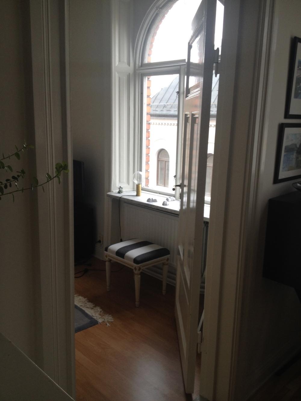 Lejontassarna har fått plats i fönstret i vårt gästrum   Foto:  Palatsliv