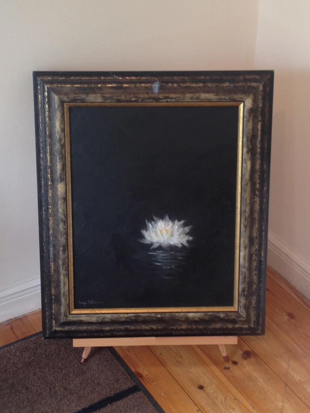 Den här målningen med en vit näckros på svart bakgrund hade jag gärna tagit med hem!   Foto:  Palatsliv