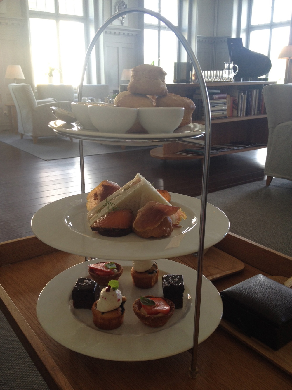 Härliga afternoon tea-tillbehör - dock i motljus   Foto:  Palatsliv