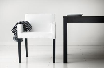 Karmfåtöljen Nils (underbar att sitta och äta långa middagar i)   Foto:  Ikea