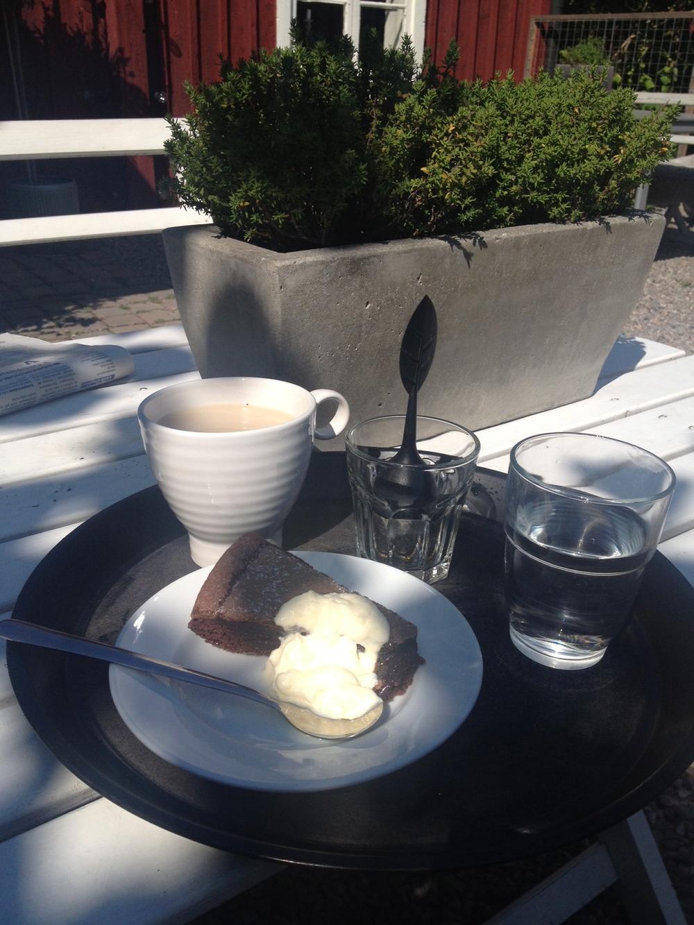 Vad vore sommaren utan fika?! Här en bild från underbara Majas Café och Trädgård i Gamla Gefle.    Foto:  Palatsliv