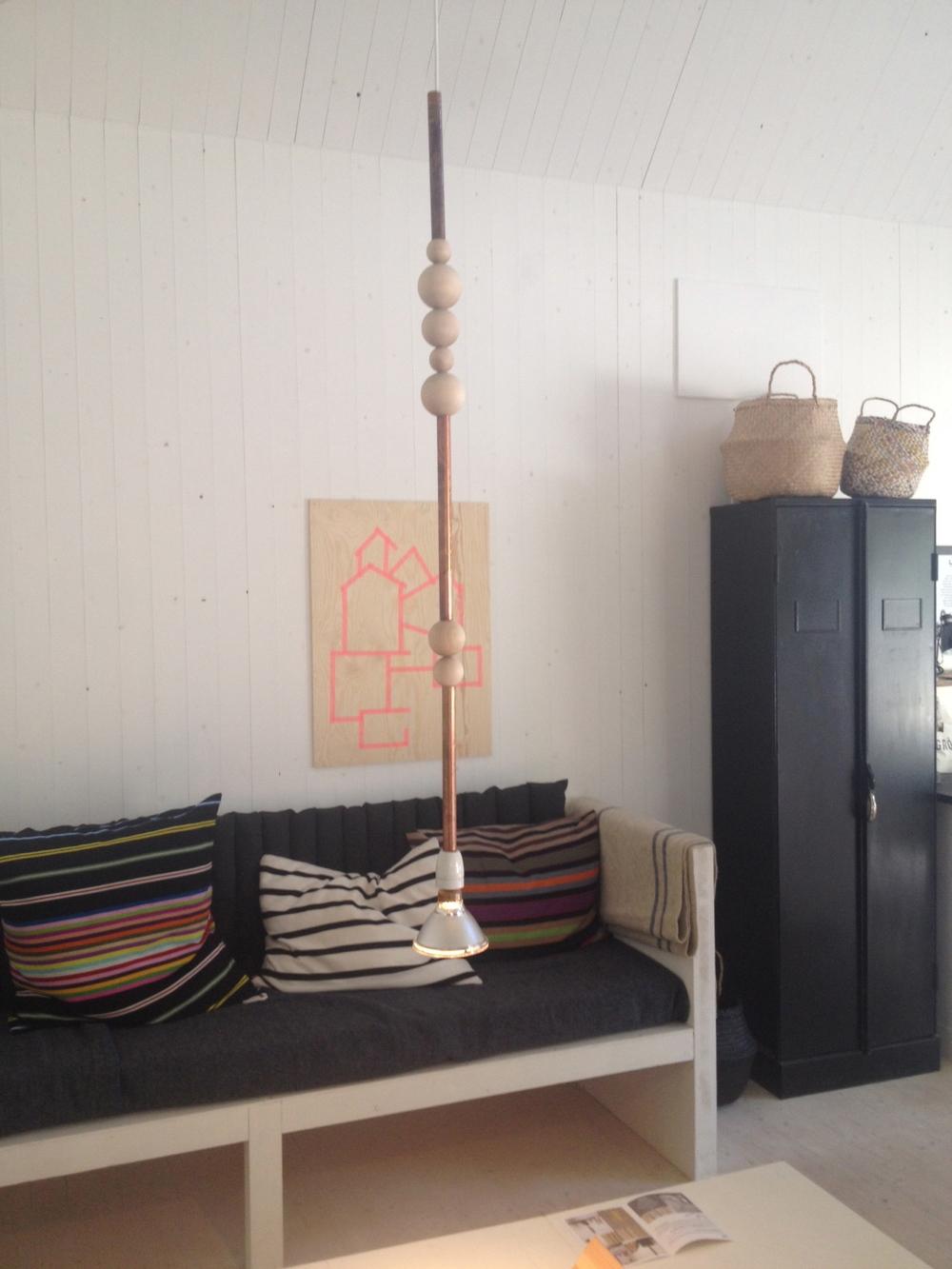 I nredningsinspiration. Denna DIY-lampa fanns på Leva några kilometer utanför Visby. Och den är byggd av kopparrör, träkulor och ett cykellyse (tror jag att det är). En superkul lampa som passar in i den populära industristilen.    Foto:  Palatsliv