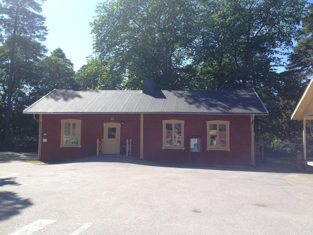 Utflykter. Varje år åker jag på utflykt till Laxön som ligger några mil söder om Gävle. I de gamla regementshusen hittar man konst, hantverk, café och restaurang.    Foto : Palatsliv