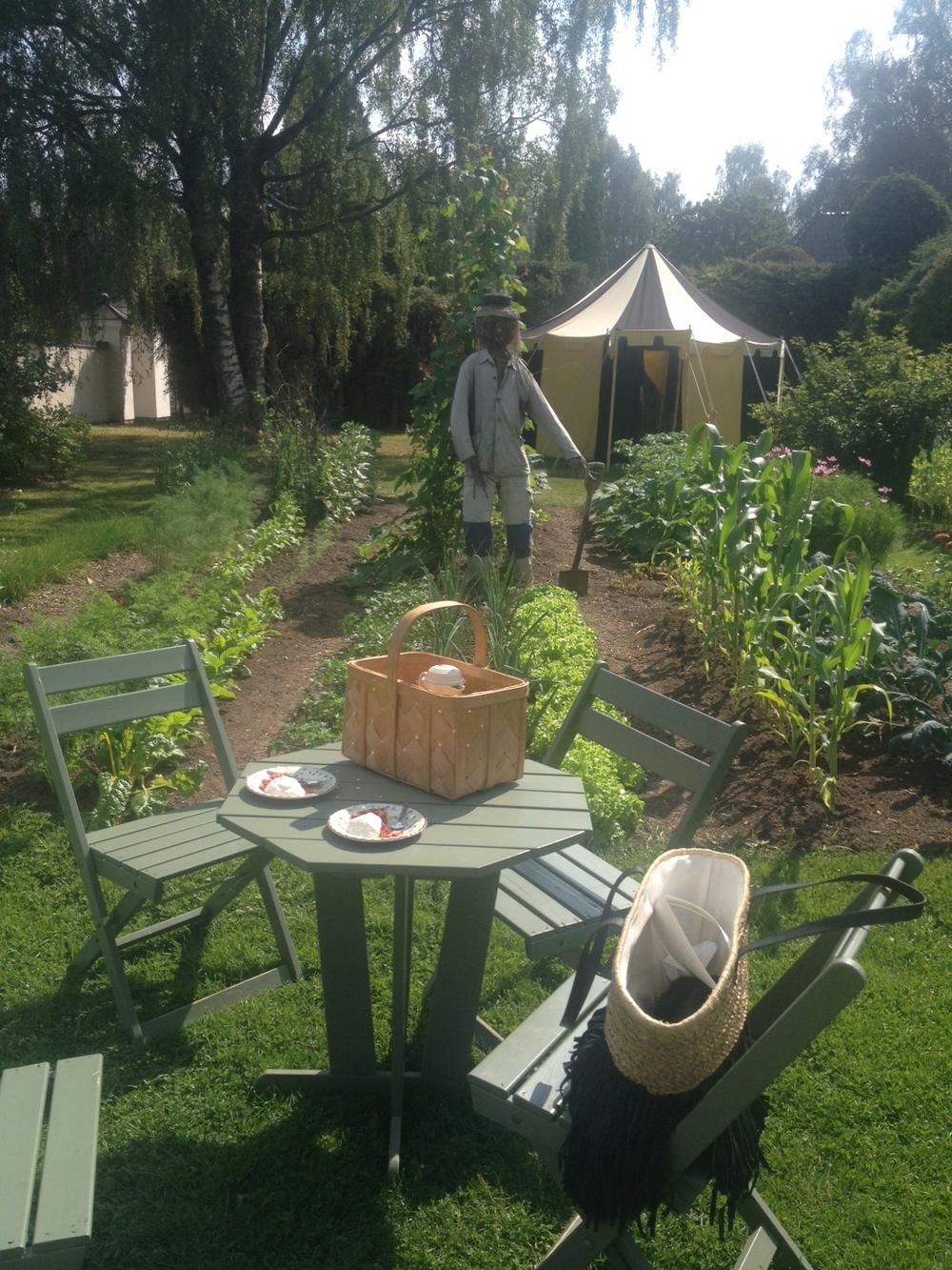 Vi fikade bredvid köksträdgården   Foto:  Palatsliv