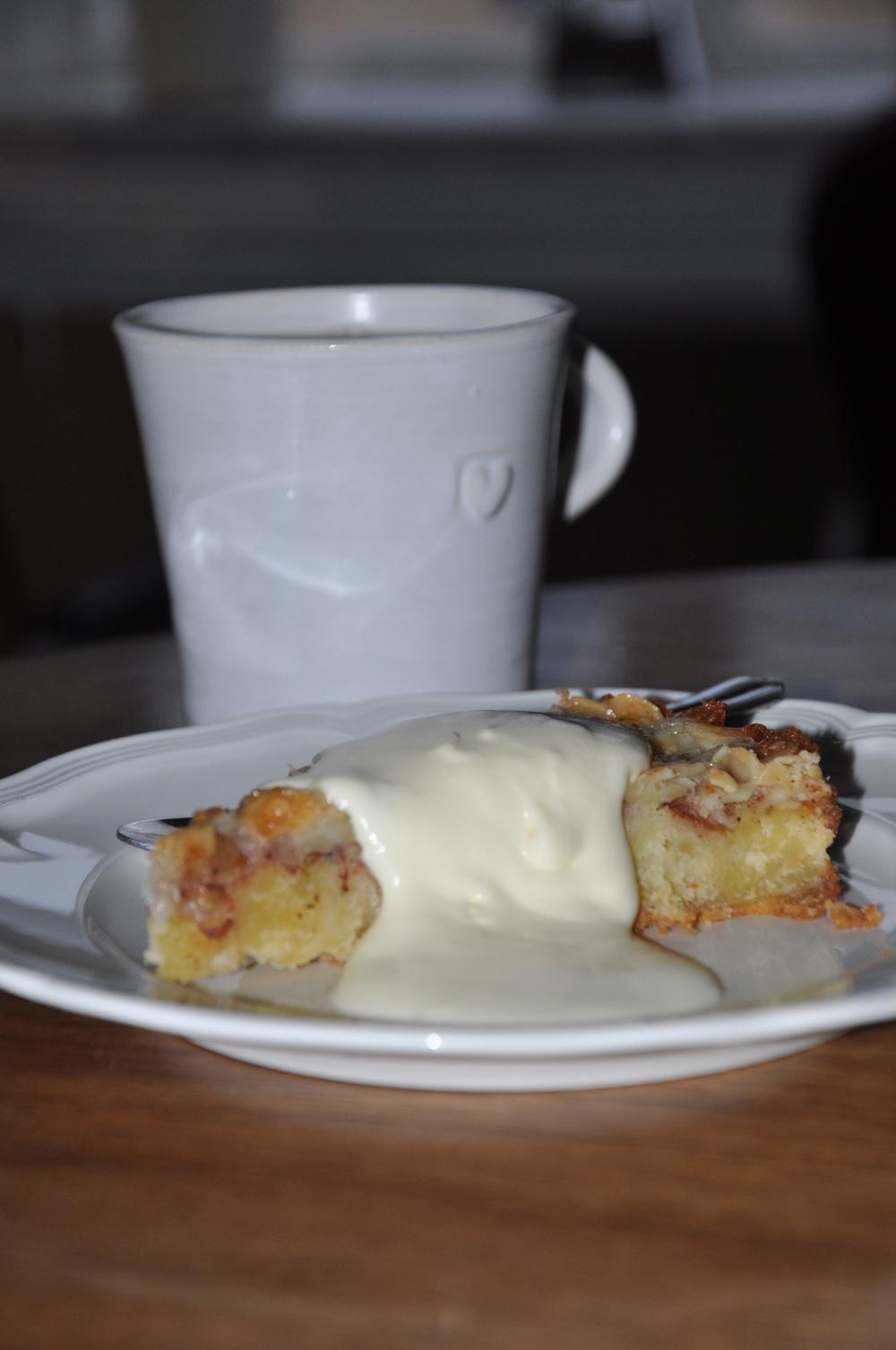 Foto:  Platsliv  Recept  Knäckig fransk mandelkaka    10-12 bitar  Mandelkaka  175 g sötmandel (2 3/4 dl) 120 g rumsvarmt smör 120 g florsocker (2 dl) 110 g ägg (2) 30 g äggula (2) 30 g vetemjöl (1/2 dl) 2 äpplen 15 g strösocker (1 msk) 5 g malen kanel (1 tsk)   Toscatäcke  100 g smör 95 g strösocker (1 dl) 20 g vetemjöl (2 msk) 20 g mjölk (2 msk) 100 g flisad eller flagad mandel (2 dl)   Gör så här:  Sätt ugnen på 180 grader. Spänn fast ett bakplåtspapper i botten på en springform, 24 cm i diameter. Smöra och bröa formens kanter. Mixa mandlarna fint i en matberedare eller använd mandelkvarn.   Vispa samman smör och florsocker i en bunke. Vispa ner ett ägg i taget och därefter äggulorna. Tillsätt mandel och mjöl och blanda till en slät smet. Fördela smeten jämt i formen.  Kärna ur äpplena och skär dem i tunna skivor. Lägg skivorna ovanpå smeten, strö över socker och kanel och grädda mitt i ugnen i ca 30 minuter. Känn efter med en sticka om kakan är färdiggräddad. Börja med toscatäcket när det återstår ca 10 minuter av kakans gräddningstid.  Toscatäcke: Blanda smör, socker, mjöl och mjölk i en kastrull och låt det smälta under omrörning. Blanda ner mandeln.   Höj ugnstemperaturen till 210 grader. Täck försiktigt den nygräddade kakan med toscasmeten och grädda i ytterligare 15 minuter, eller tills toscan har fått en gyllenbrun färg. Låt kakan svalna och servera den med vaniljvisp.