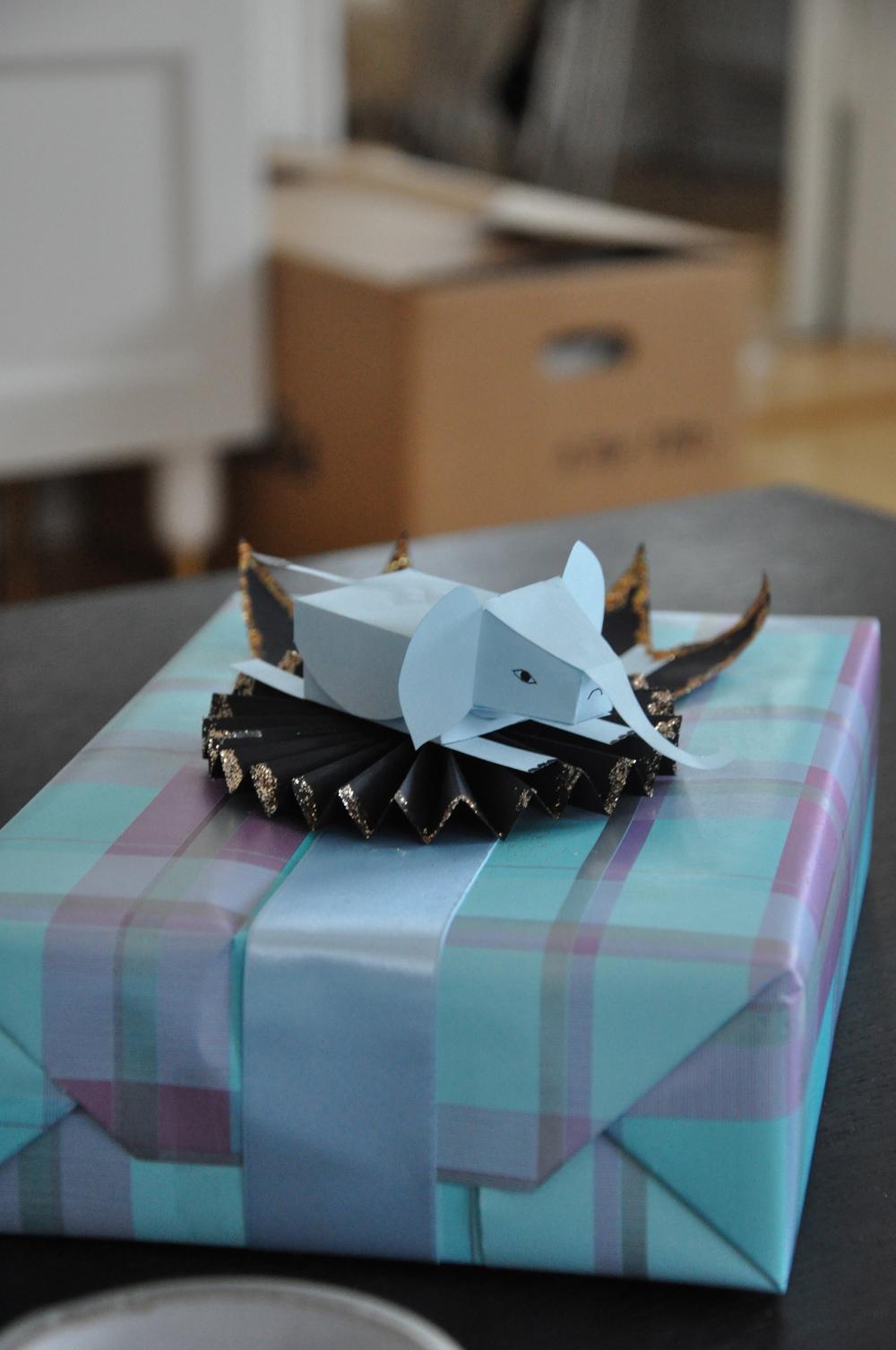 """Jag tänkte cikuselefant när jag gjorde detta paket. Mallen till elefanten hittar du i boken """"I love paper"""" av Fideli Sundqvist.    Foto:  Palatsliv"""