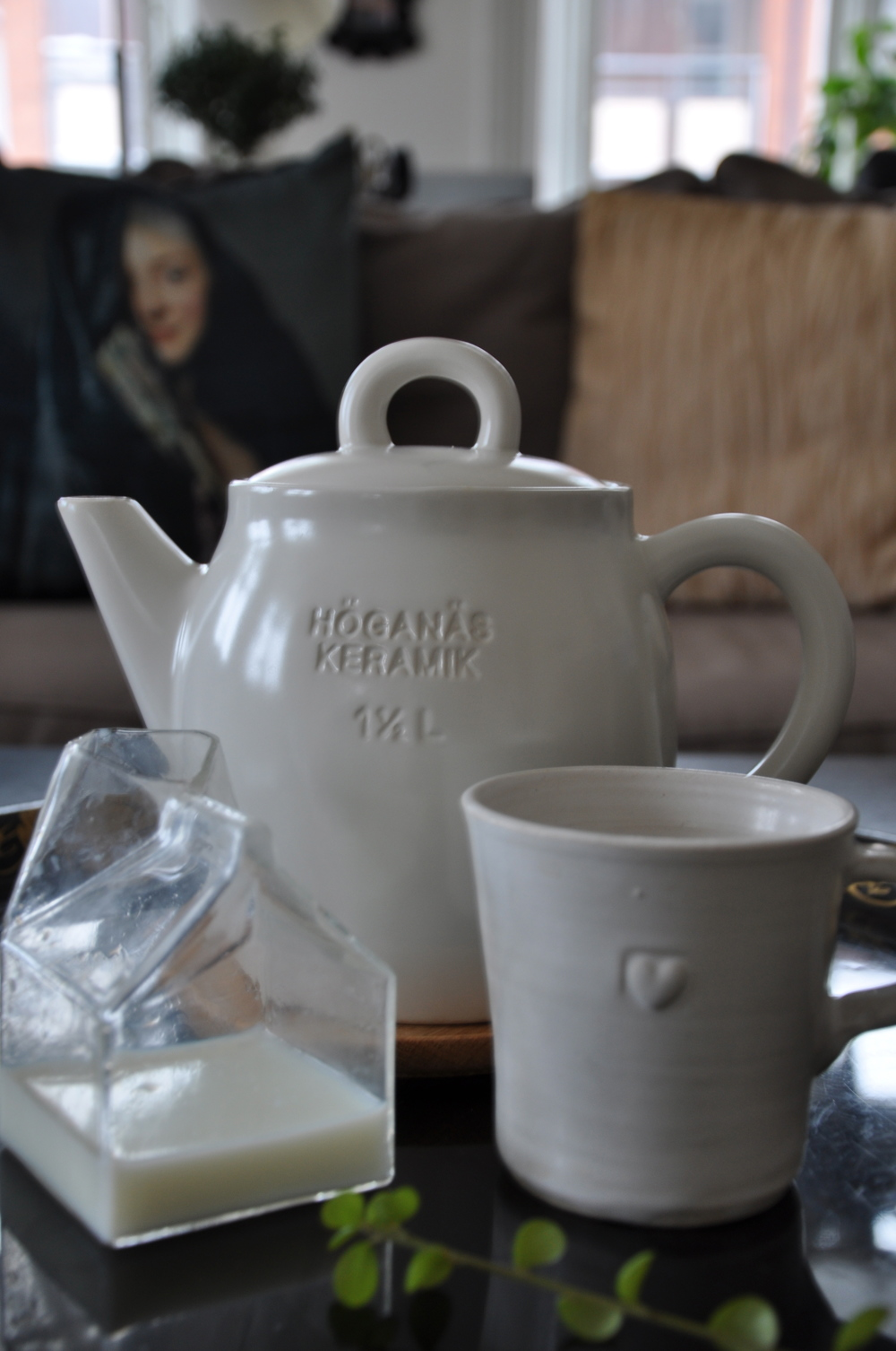 Självklart dricker jag te ur min tekanna från Höganäs och min favoritservis från Västergården. Brickan är antik och köptes in i somras på Gotland. Mjölkkannan i form av en tetrapack kommer från Bloomingville och kan bl.a.  köpas här.    Foto:  Palatsliv