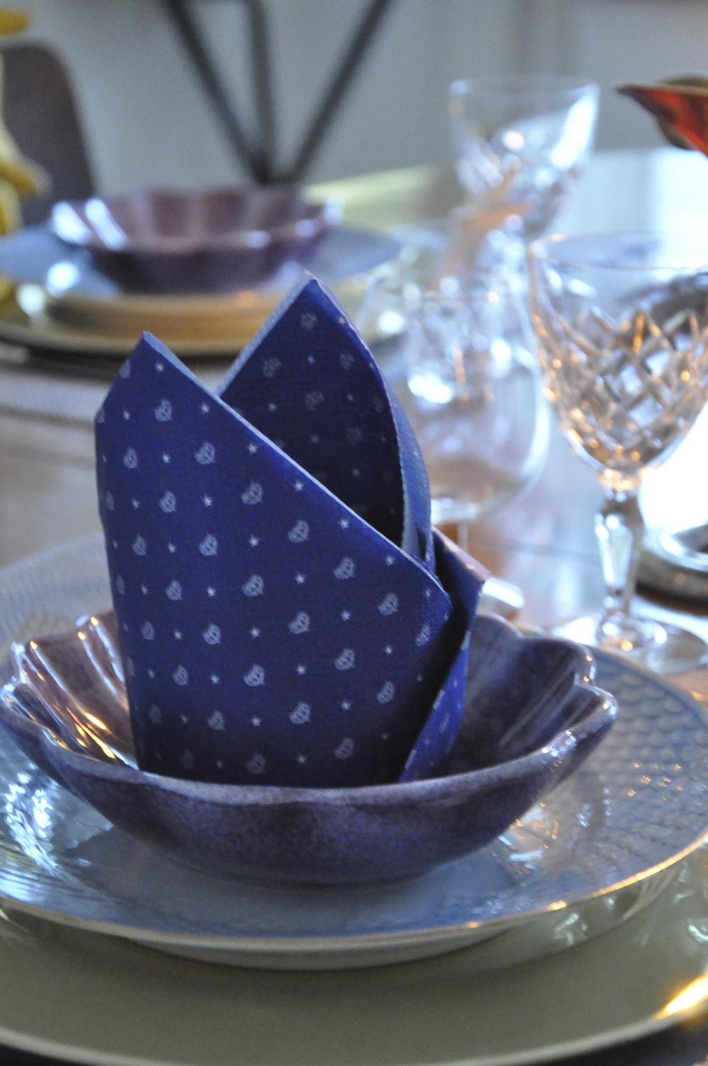 Kuvertet från sidan - undertallrik från Skultuna, mattallrik, Blå Ton från Bing & Gröndahl och lila skål från Matteus porslin. Foto: Palatsliv