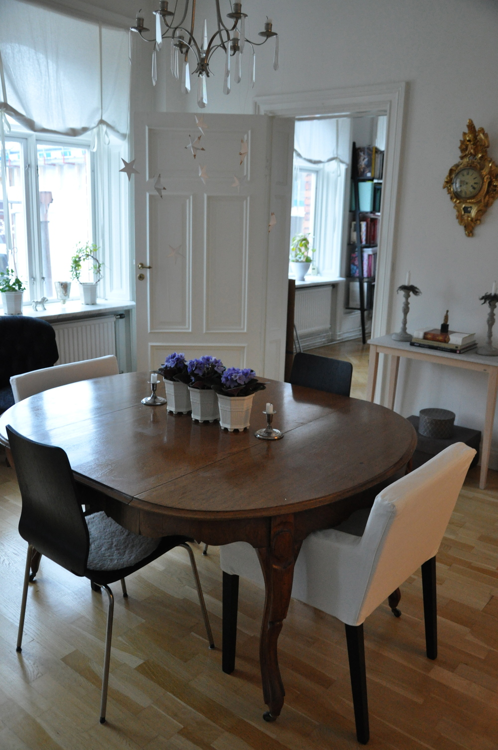 Vårt matrum med 1800-tals bord inropat på Bukowskis Market   Foto:  Palatsliv