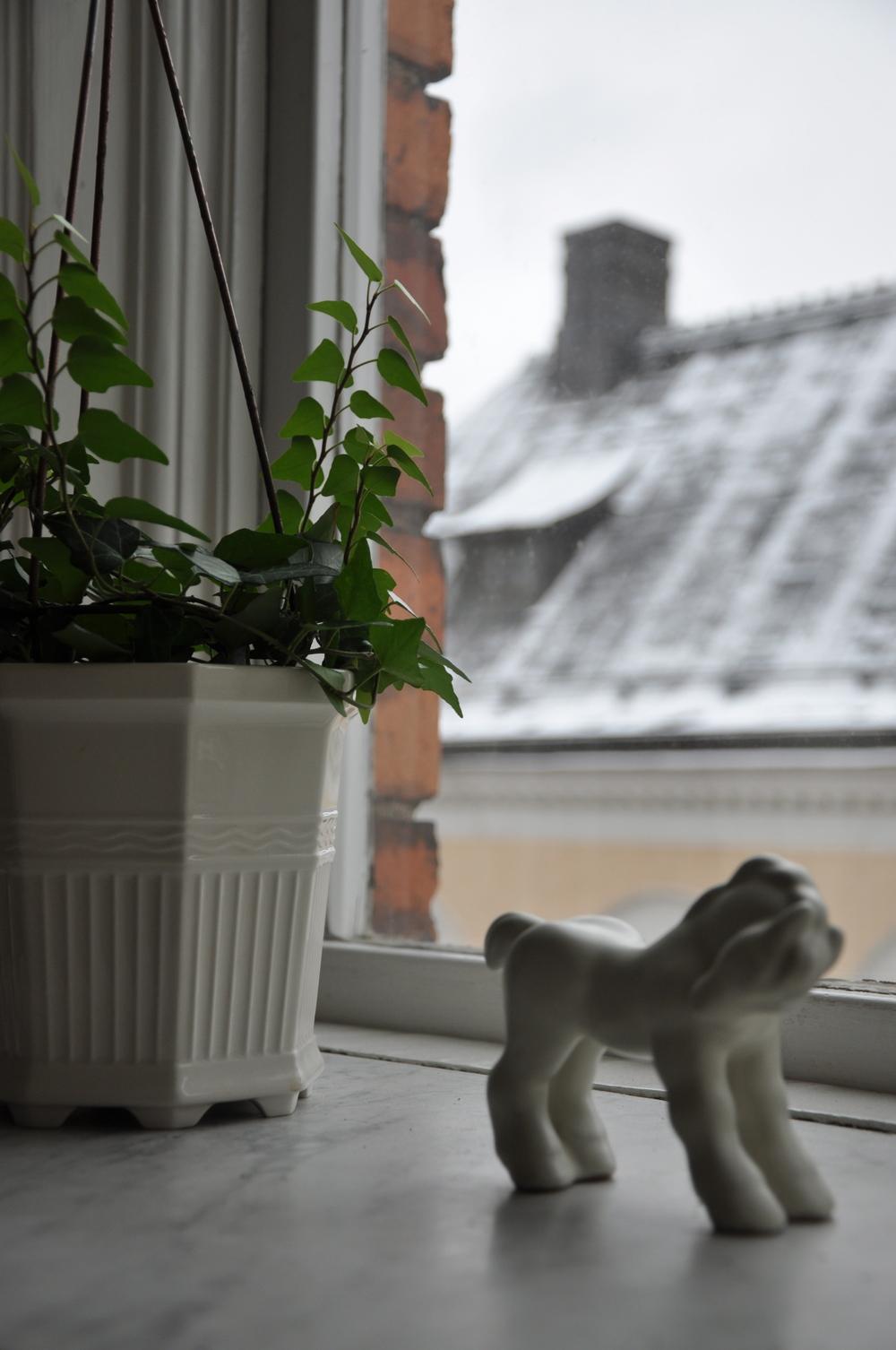 Keramikhäst tillsammans med en murgröna i Prins Eugens fina Waldemarsuddekruka   Foto:  Palatsliv