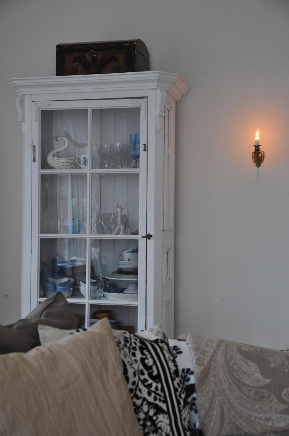 """Vitrinskåp tillverkat av gamla spegeldörrar. Köpt av """"Lut-Jacob"""", som också är tillverkaren, i Gävle 1998.   Foto:  Palatsliv"""