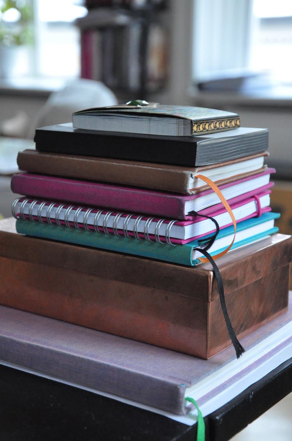 Kalendrar och anteckningsböcker från bl.a.Bookbinders Design, kopparbox från Syuro.   Foto : Palatsliv