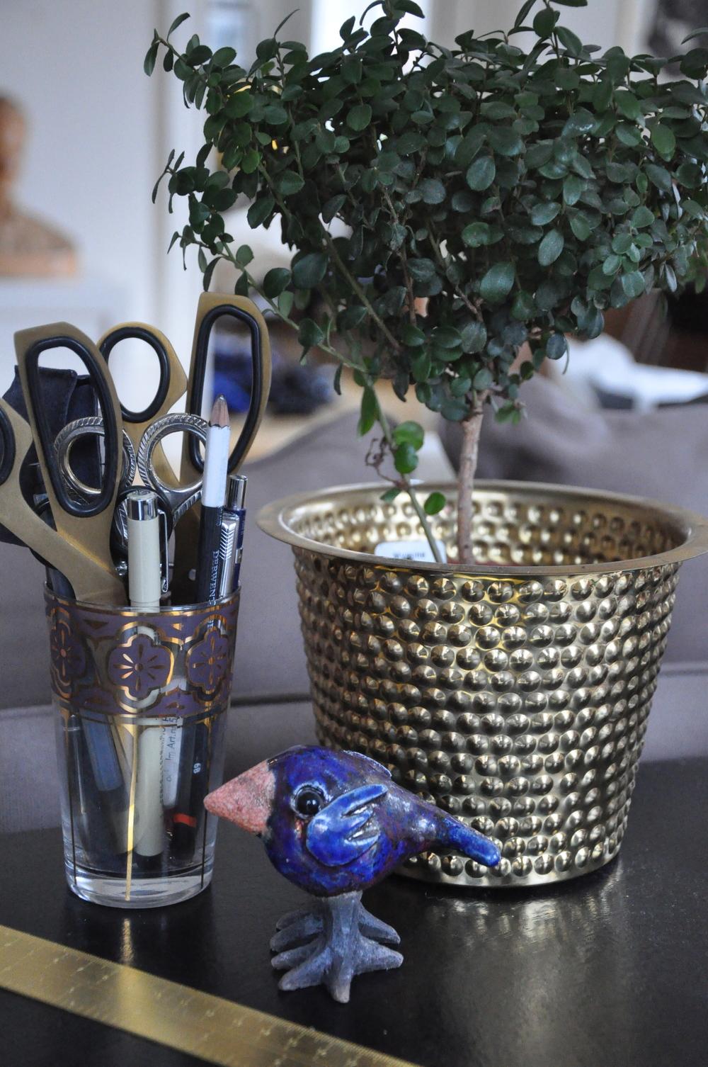 Teglas från Indiska, blomma i Hortuskruka -Svenskt Tenn, keramikfågel och linjal - Tom Dixon.   Foto:  Palatsliv