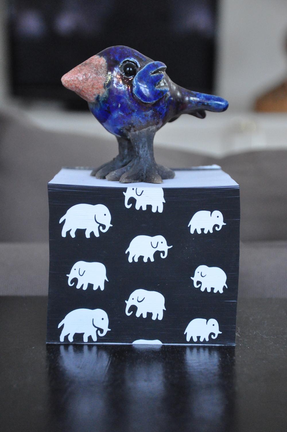 Keramikfågel på anteckningsblock från Svenskt Tenn   Foto:  Palatsliv