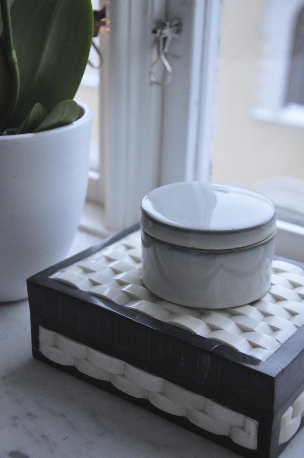 Den stora asken underst kommer från Day Home och den lilla från Designhouse Stockholm   Foto : Palatsliv