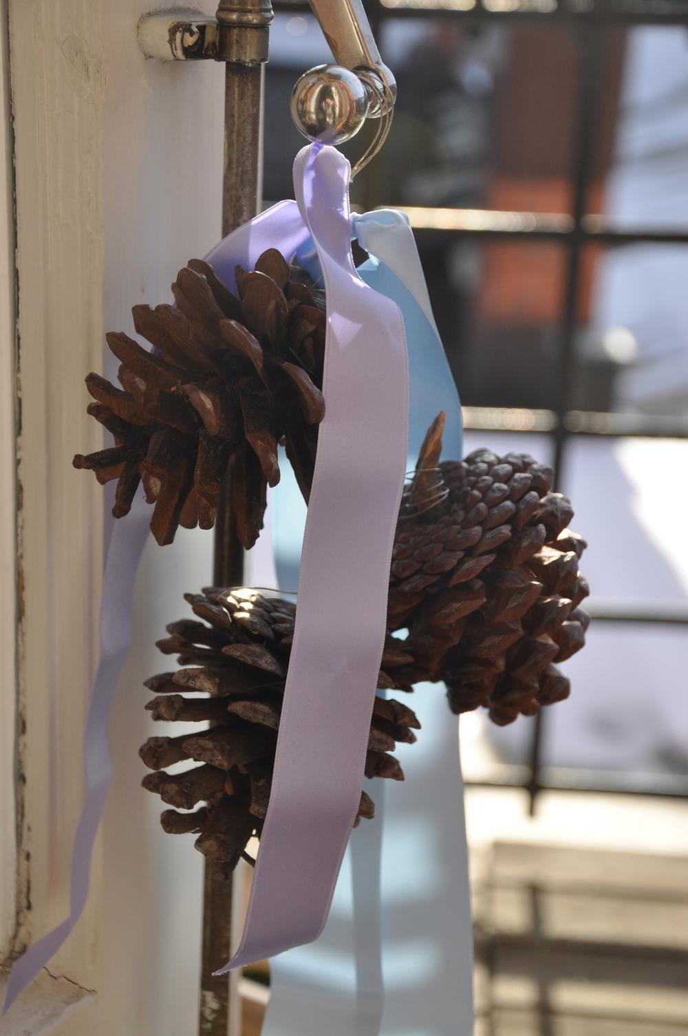 Kottar och sidenband blir en fin dekoration   Foto:  Palatsliv