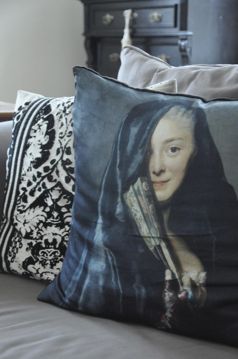Kudde med motiv av konstnären Alexander Roslin - Damen med slöjan   Foto:  Palatsliv