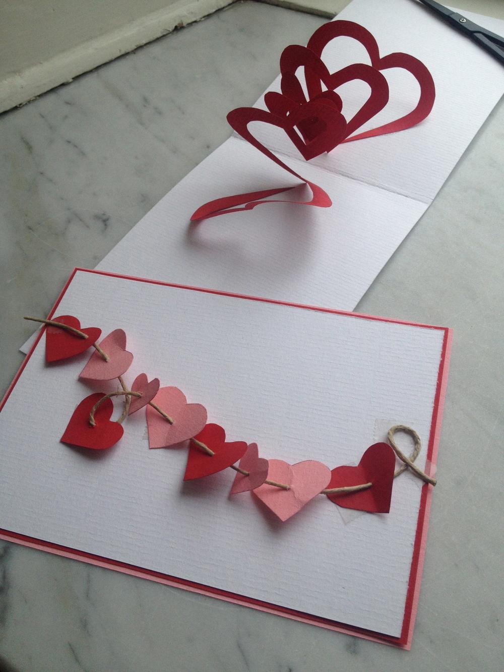 Pop-upkort med rött hjärta och ett kort med hjärtan på snöre   Foto:  Palatsliv
