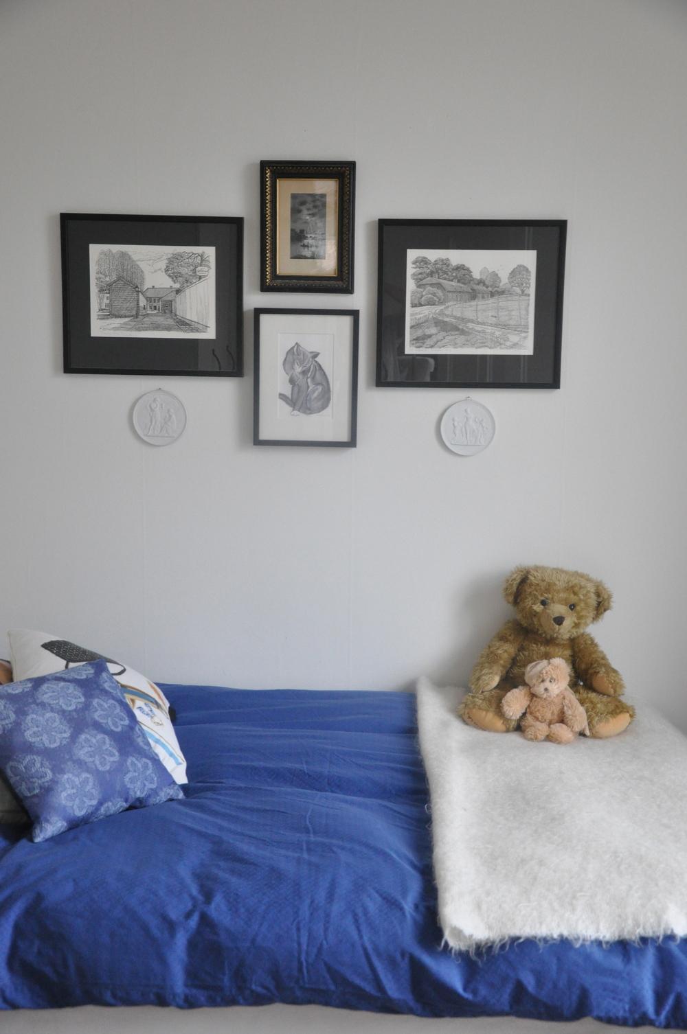 Sängen är bäddad i blått sänglinne, filt från Himla och nallar från Bukowskis Design   Foto:  Palatsliv