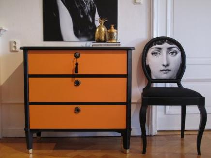Byrå i Hermès-orange och stol klädd i Fornasetti-tyg   Foto:  Plan b Design
