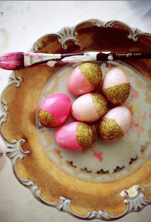 Allra finast blir äggen om de målas i rosa och guld Foto: Pinterest