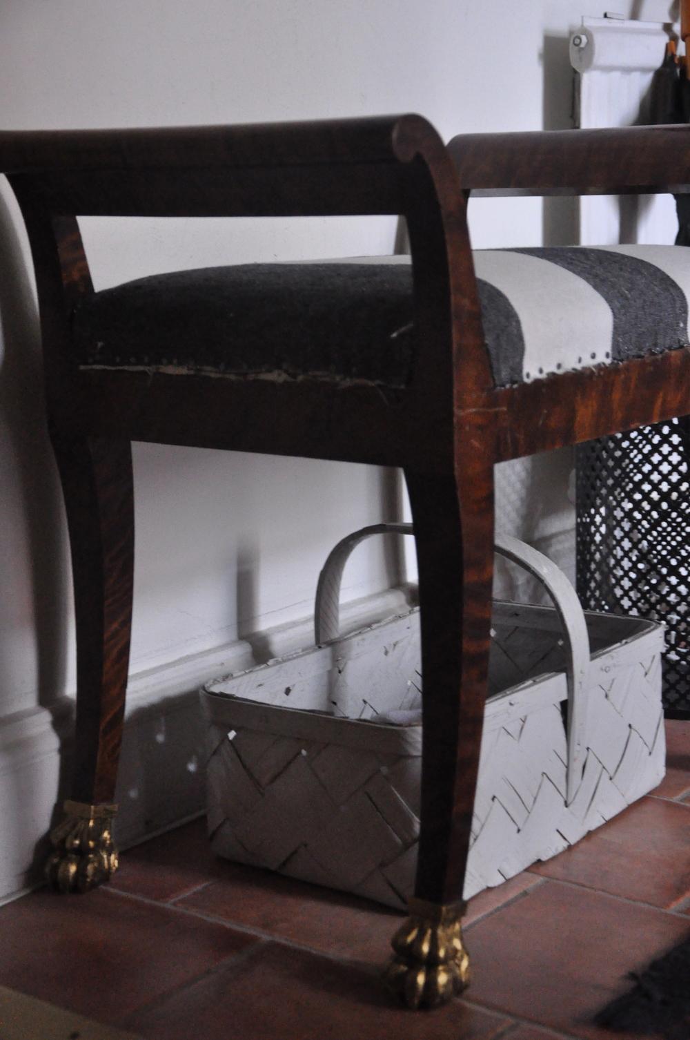 Pallen bildar fina skuggor i hallen som annars är väldigt mörk    Foto:  Palatsliv