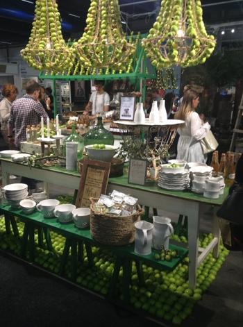 """Sensommardukning med takkronor och """"matta"""" av gröna äpplen    Foto:  Palatsliv"""