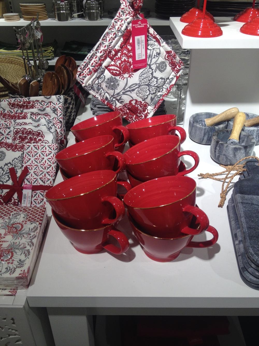 Underbara röda tekoppar med guldkant är mina favoriter. Tänk långfrukost på julafton!    Foto:  Palatsliv