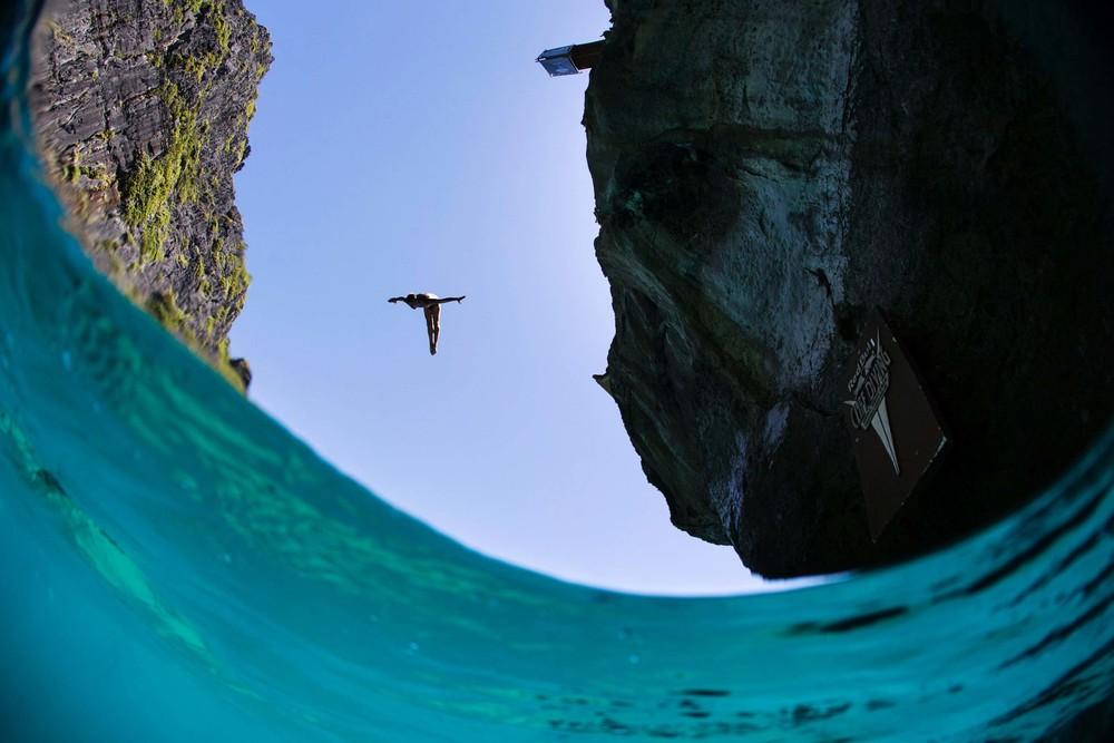 17. ภาพมุมสวยๆจากการกระโดด ณ อ่าวมาหยาของอาร์เต็ม ซิลเชนโก.jpg