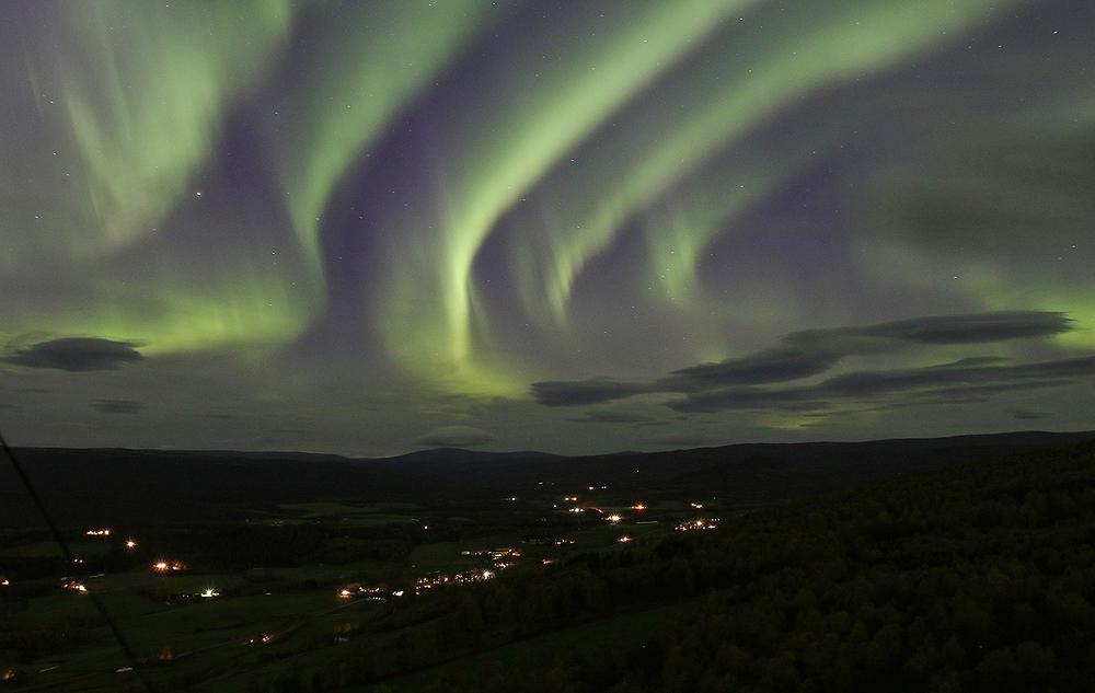 Nordlyset onsdag kveld var spektakulært. Bildet er tatt fra Jakobsåsen i Dalsbygda, med Tverrfjellet i horisont (midt i bildet). Foto: A. Nyaas