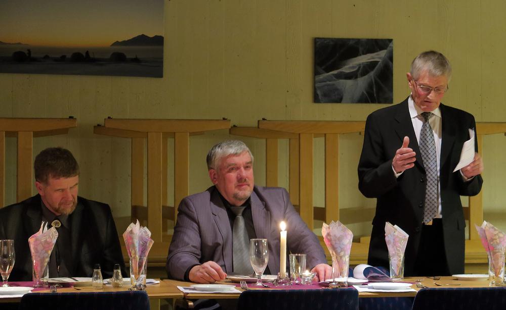 """Terje Borgos (til venstre), sekretær i villreinutvalget, og Hallvard Urset, leder i villreinutvalget, har begge grunn til å være fornøyd med """"tingenes tilstand"""" i eget villreinområde, her sammen med Ola Arne Aune. Hallvard Urset har vært leder i villreinutvalget siden 1995 (20 år).Foto: A. Nyaas"""